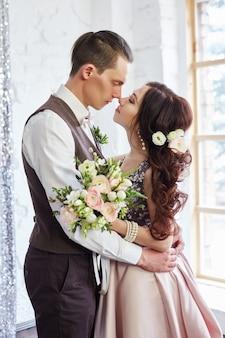 Os noivos abraçam e levantam para o casamento. ame