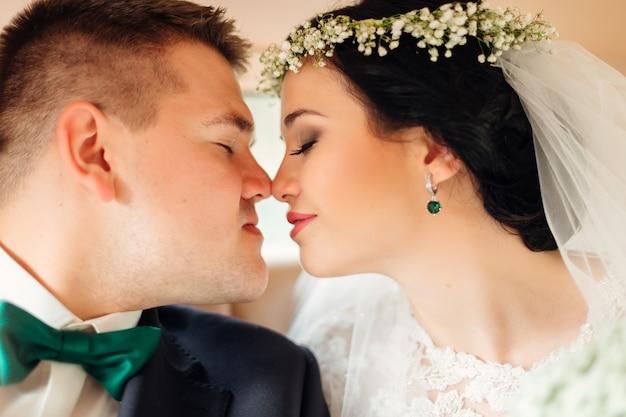 Os noivos fecharam os olhos e querem se beijar no carro