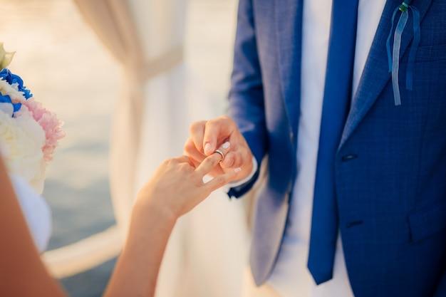 Os noivos trocam alianças em um casamento