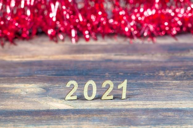 Os números 2021 e enfeites vermelhos borrados