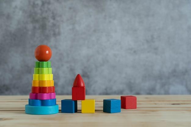 Os objetos na tabela da decoração caçoam brinquedos para o jogo e o conceito de inclinação.
