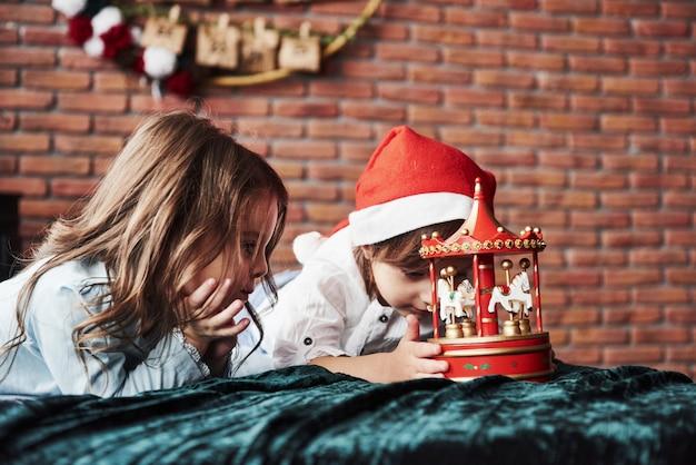 Os olhos do garoto interessado. crianças está brincando com carrossel de brinquedo no ano novo.