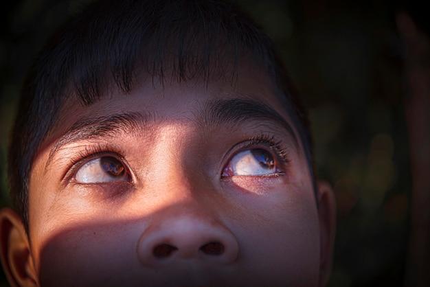 Os olhos do menino estavam olhando para cima.