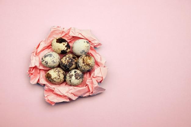 Os ovos da páscoa lisos colocam o teste padrão no fundo pastel. conceito mínimo