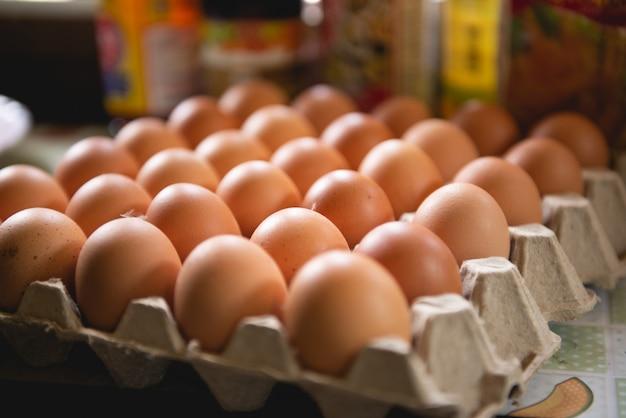 Os ovos em uma bandeja de papel são preparados para facilitar o cozimento.