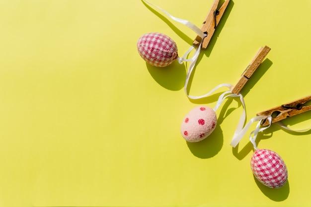 Os ovos pintaram vários padrões para o feriado da páscoa. conceito minimalista.