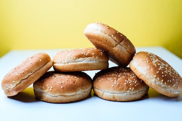 Os pães de hamburguer no fundo branco