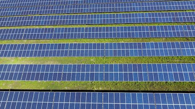 Os painéis solares geram eletricidade a partir da luz solar. central de energia ecológica do futuro.