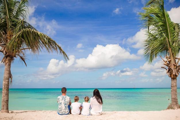 Os pais com dois filhos desfrutar de suas férias nas caraíbas na ilha de antigua
