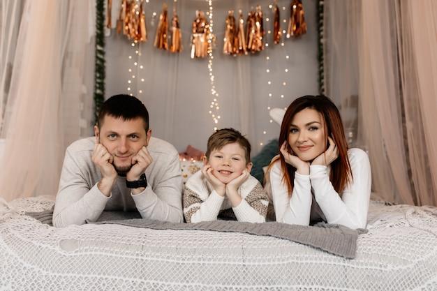 Os pais com o filho se divertem