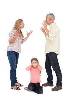 Os pais discutem ao lado de sua filha chateada