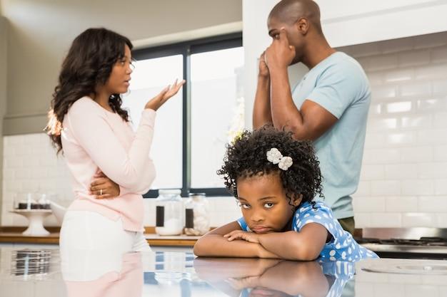 Os pais discutem na frente da filha