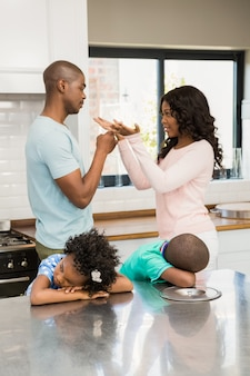 Os pais discutem na frente das crianças