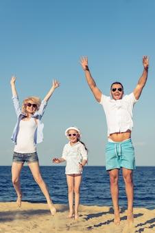 Os pais e sua filha pequena em óculos de sol.