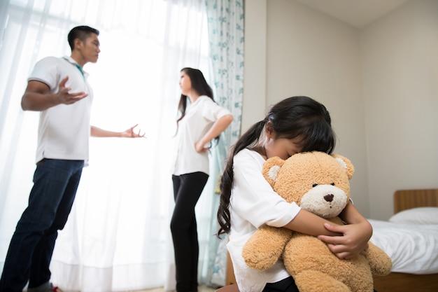 Os pais estão brigando com a filha se sentindo estressada.