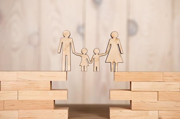 Os pais mantêm seus filhos nas mãos do apanhador. conceito de seguro infantil.