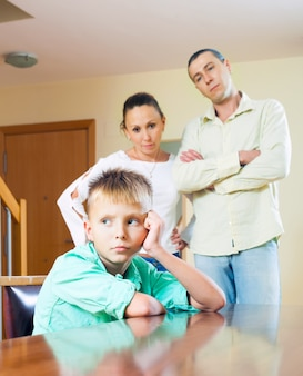 Os pais repreendem a criança adolescente em casa