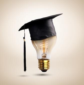 Os parabéns graduados tampam em um bulbo de lâmpada, da educação.