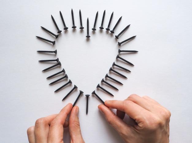 Os parafusos alinhavam o coração. conceito de dia dos namorados.