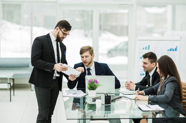 Os parceiros de negócios discutem os lucros antes de assinar o contrato no local de trabalho em um escritório moderno.