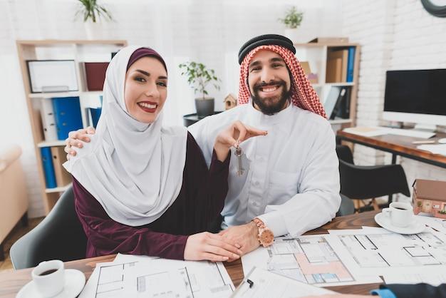 Os pares muçulmanos obtiveram clientes felizes home novos das chaves.