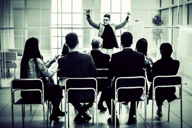 Os participantes do seminário apoiaram o palestrante com aplausos. negócios e educação