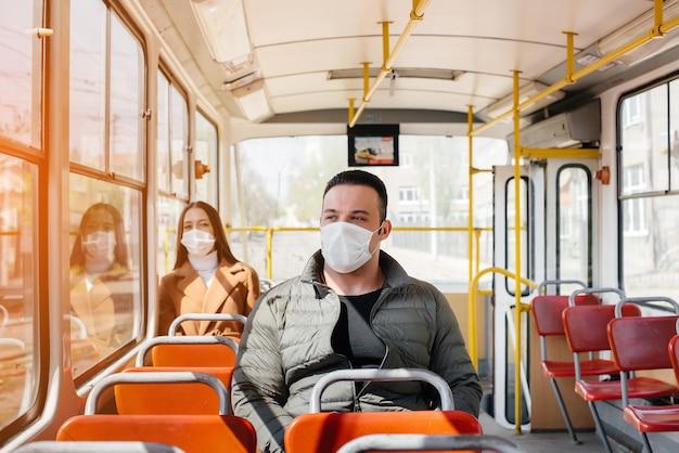 Os passageiros do transporte público durante a pandemia de coronavírus mantêm distância um do outro. proteção e prevenção cobertas 19.