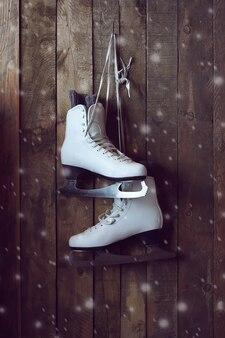 Os patins femininos brancos