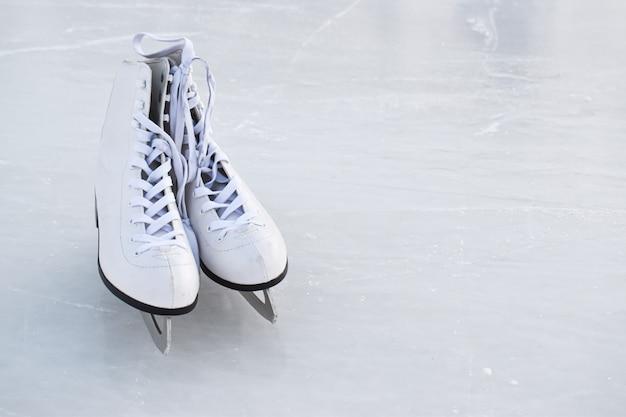 Os patins repousam no gelo. pista de patinação no gelo de entretenimento de inverno.