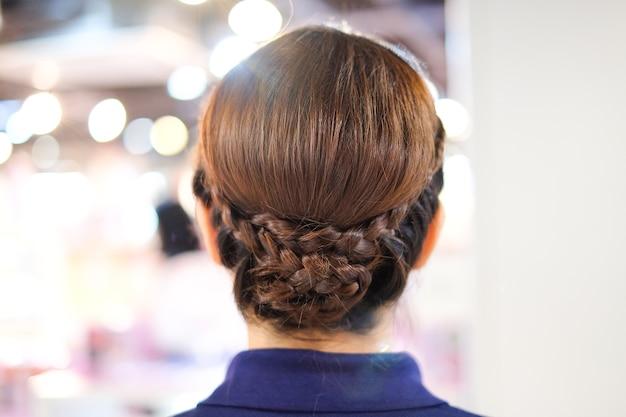 Os penteados da mulher maravilhosa bonita - conceito de idéias de cortes de cabelo.