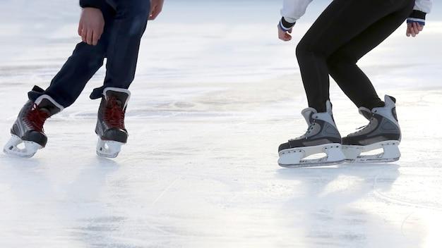 Os pés das pessoas patinando no rinque. hobbies e recreação. esportes e feriados