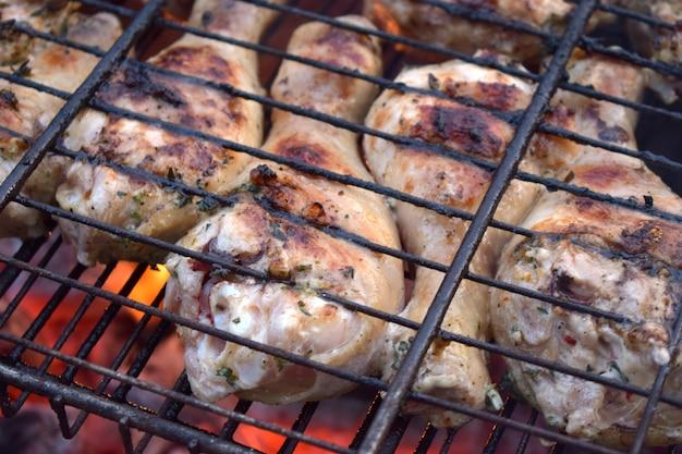 Os pés de galinha do assado, carne grelham o alimento do piquenique.