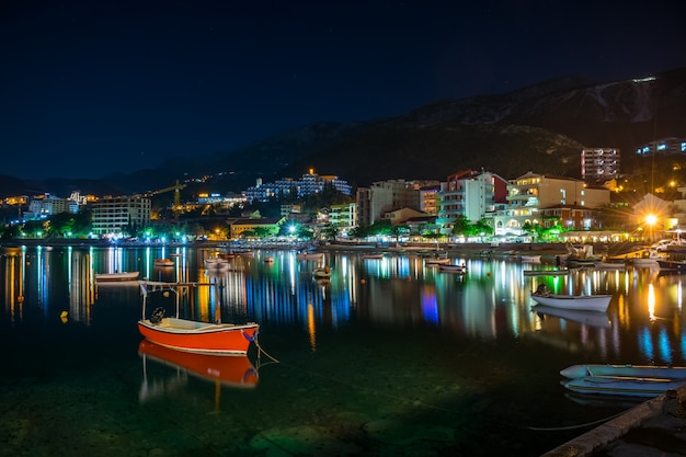 Os pescadores amarravam seus barcos perto da costa para passar a noite.