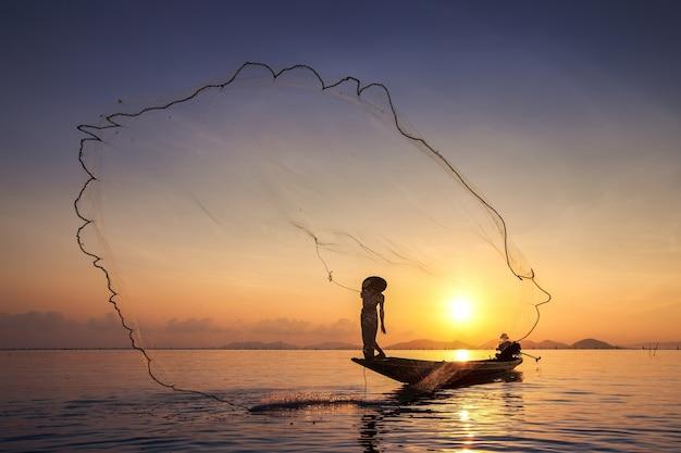 Os pescadores estão pescando no início do lago