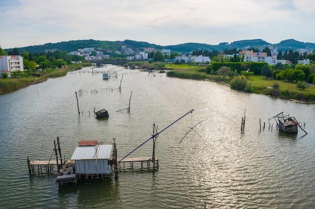 Os pescadores pescam nas cabanas construídas na água.