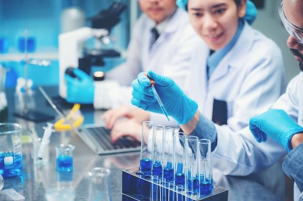 Os pesquisadores estão trabalhando em um laboratório químico