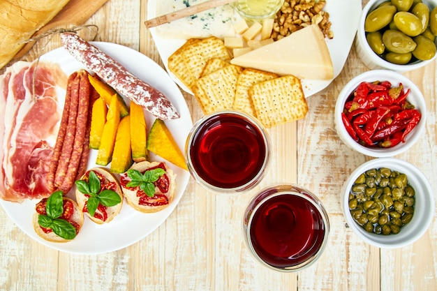 Os petiscos italianos do vinho dos antipasti ajustaram-se. bandeja de catering antipasto