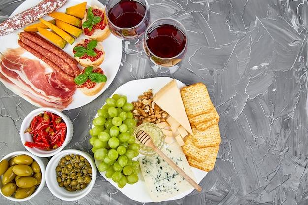 Os petiscos italianos do vinho dos antipasti ajustaram-se. comida italiana.