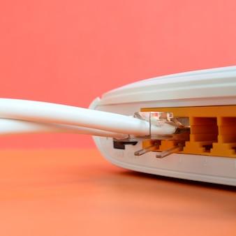 Os plugues do cabo de internet estão conectados ao roteador de internet. itens necessários para conexão com a internet