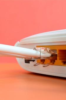 Os plugues do cabo de internet estão conectados ao roteador de internet