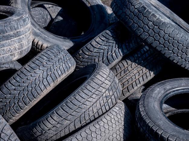 Os pneus do carro se afastam ilegalmente