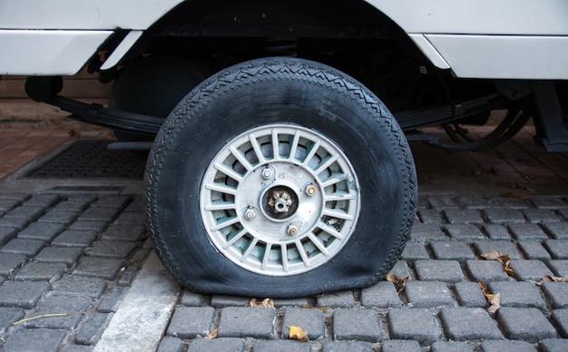 Os pneus velhos do carro lisos.