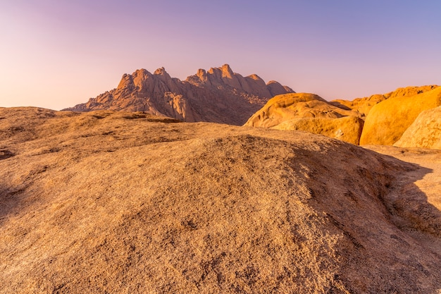 Os pondoks perto da montanha spitzkoppe na namíbia na áfrica.