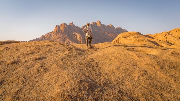 Os pondoks perto da montanha spitzkoppe na namíbia.