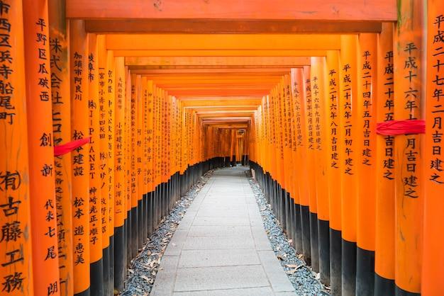 Os portões vermelhos de torii