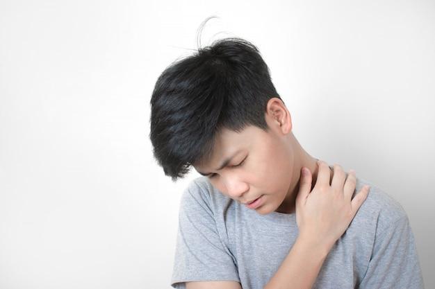 Os povos asiáticos usam camisetas cinza, sentindo dor no pescoço.