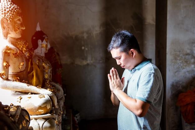 Os povos tailandeses rezam no templo em ayutthaya, tailândia.