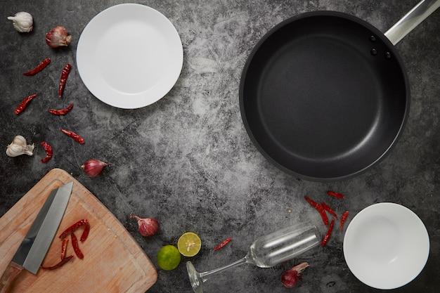 Os pratos e a panela vazios da cozinha