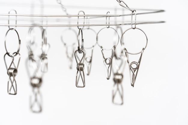 Os prendedores de roupa de aço inoxidável fecham-se acima, equipamento doméstico.