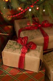 Os presentes de ano novo estão repletos de agulhas de natal.